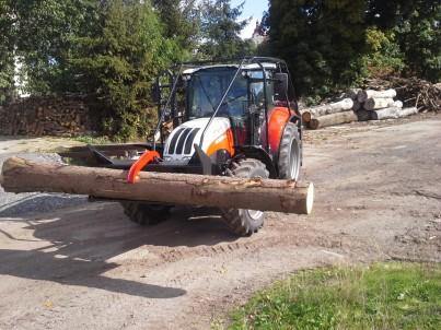 lesní traktor STEYR veze kládu