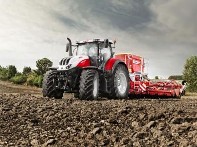 zemědělský traktor STEYR Terrus na poli