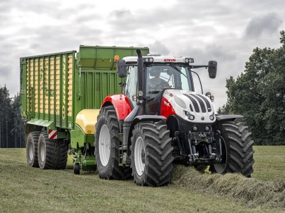 traktor STEYR Terrus s přívěsem