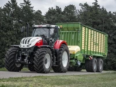 traktor STEYR terus jede s návěsem po silnici