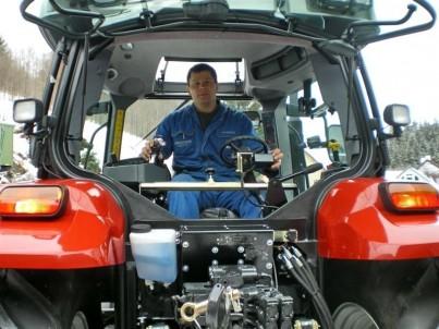Pohled na sezení v traktoru STEYR