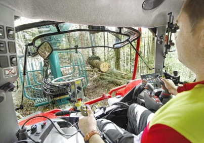 Pohled z kabiny traktoru STEYR na lesnickou práci