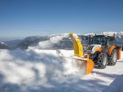 Frézování sněhu s traktory Steyr - komunální technika