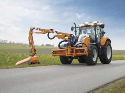 Sečení trávy s traktory Steyr - komunální technika