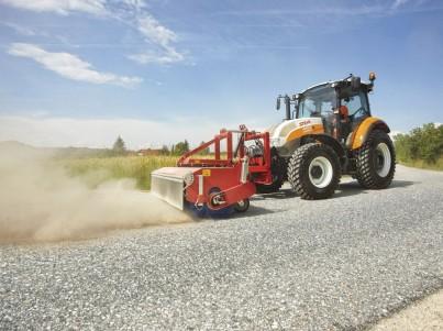 Čištění asfaltu s traktory Steyr - komunální technika