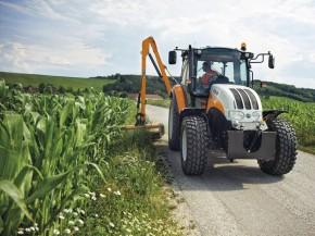 Sečení trávy traktorem - komunální technika Steyr