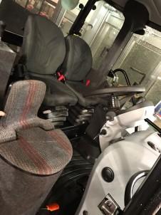 tři sedačky v kabině výcvikového traktoru