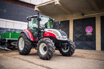 výcvikový traktor s přívěsem