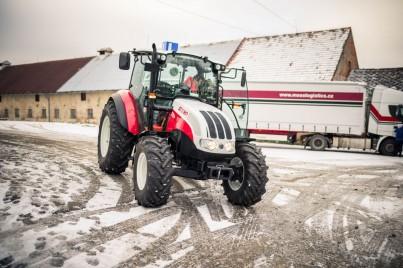 červeno-bílý výcvikový traktor