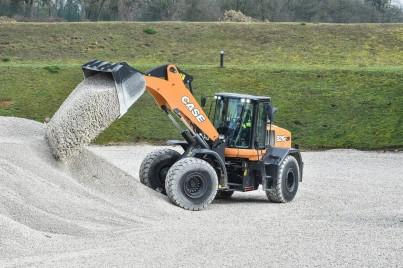 Kolový nakladač při manipulaci s pískem