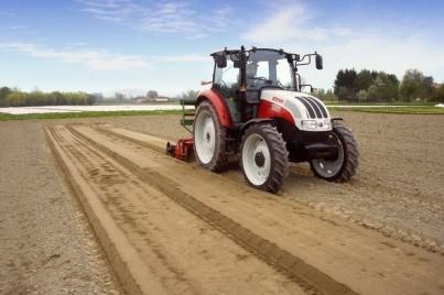 traktor steyr kompakt při obdělávání půdy