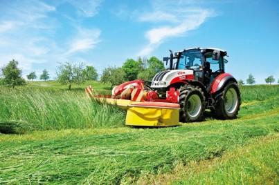 steyr kompakt při sekání trávy