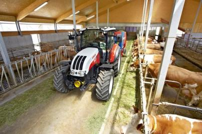 steyr kompakt při práci v kravíně