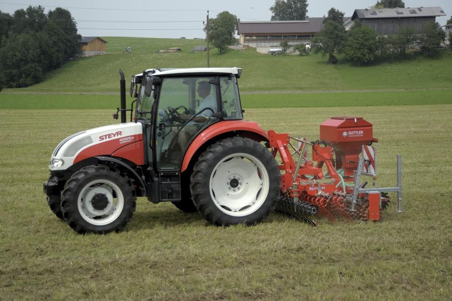 Steyr kompakt při práci na půdě