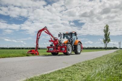 sekání trávy podél silnice díky traktoru steyr profi
