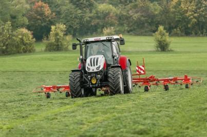 traktor steyr profi při sekání trávy