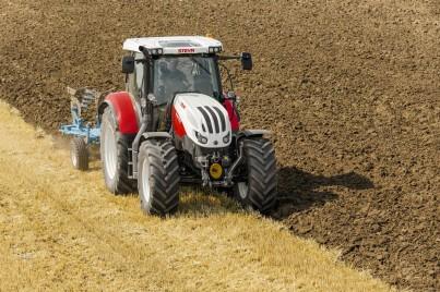 steyr profi traktor při obdělávání půdy