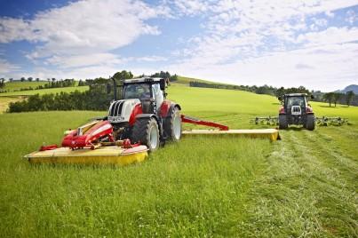 STEYR CVT - sekání trávy na poli