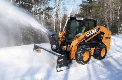 smykem řízený nakladač CASE ohrabuje sníh