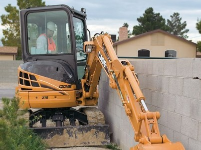 minirypadlo CASE staví zeď
