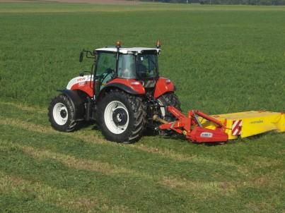 Traktor Steyr Kompakt jede na poli