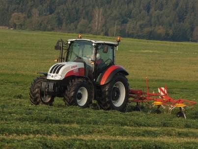 Traktor od značky Steyr na poli
