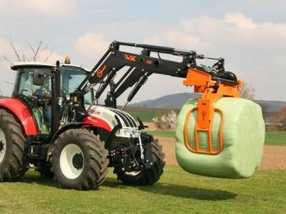 traktor STEYR Multi drží balík slámy