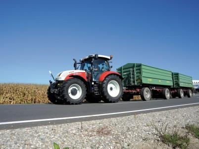 STEYR Profi traktor jede po silnici
