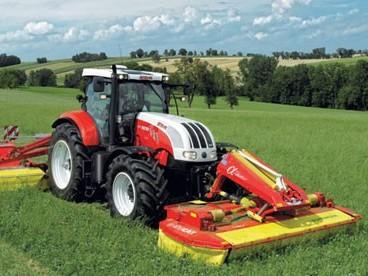 traktor STEYR CVT seče trávu