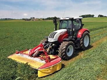 traktor STEYR CTV seká trávu