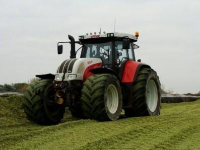 traktor STEYR CVT na zelené louce