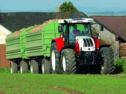 zemědělská technika traktor s přívěsem