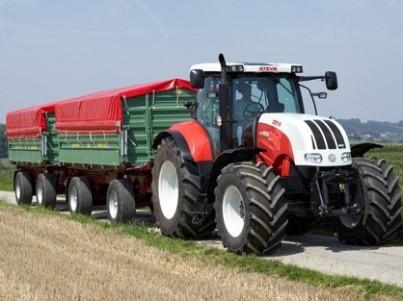 traktor STEYR CVT jede po silnici s návěsem